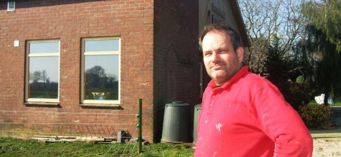 Roy te Boekhorst voor zijn bedrijfshal. Foto: Reinier Kroesen