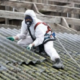 De Asbesttrein - Golfplaat na golfplaat komt naar beneden